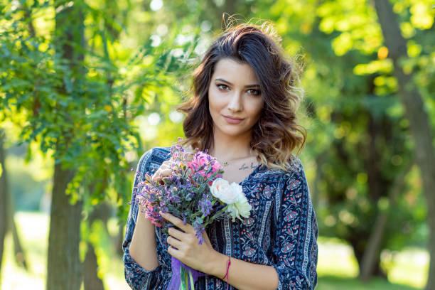 Femme avec les fleurs dans le parc - Photo