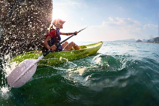Femme avec le kayak - Photo
