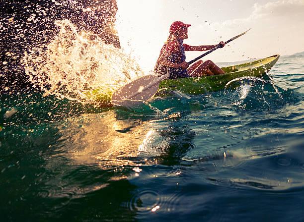 mulher com o caiaque - esporte aquático - fotografias e filmes do acervo