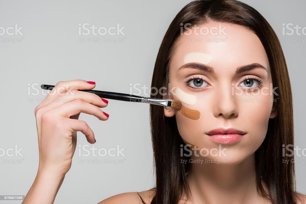 mujer con Fundación tonal en la cara - foto de stock