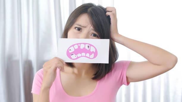 frau mit zahn karies problem - schlechte laune sprüche stock-fotos und bilder