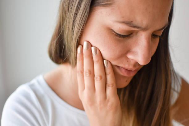 frau mit zahnschmerzen - menschlicher mund stock-fotos und bilder