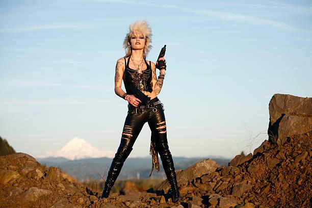 Mulher com duas armas - foto de acervo