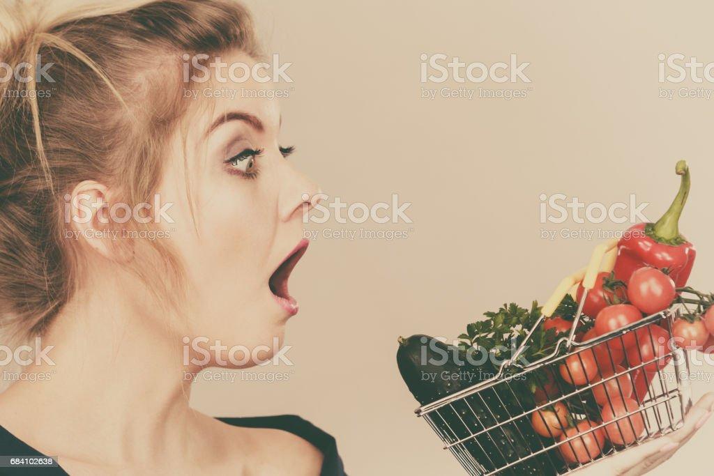 Mulher com legumes, chocou a expressão do rosto - foto de acervo