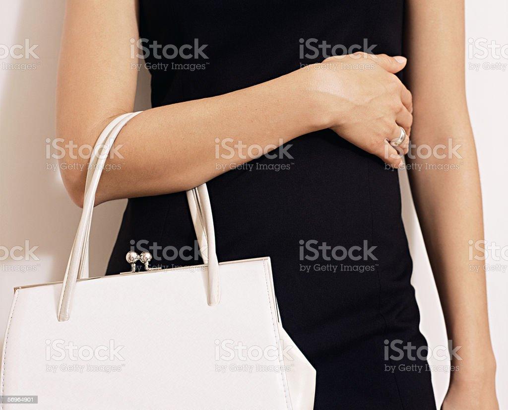 Mujer con handbag blanco - foto de stock