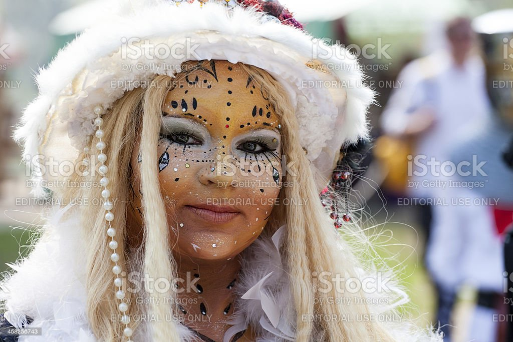 Woman with white hat and painted face at Fantasy Fair foto