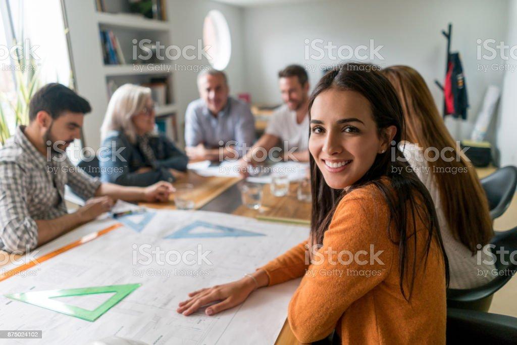 Frau arbeitet als Architekt in ein kreatives Büro – Foto