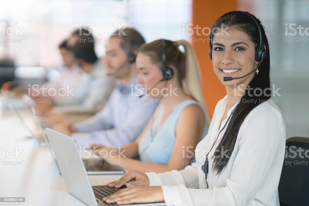 Frau in einem Callcenter zu arbeiten und suchen sehr zufrieden – Foto