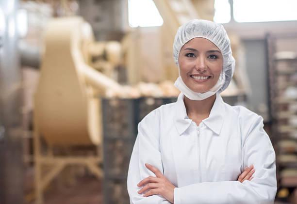 Femme travaillant dans une usine de restauration  - Photo