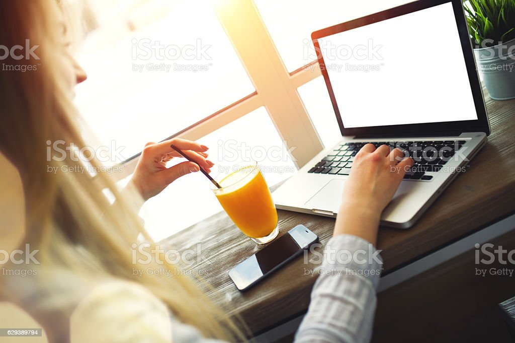 Woman working at a laptop in the comfortable trendy cafe – Foto