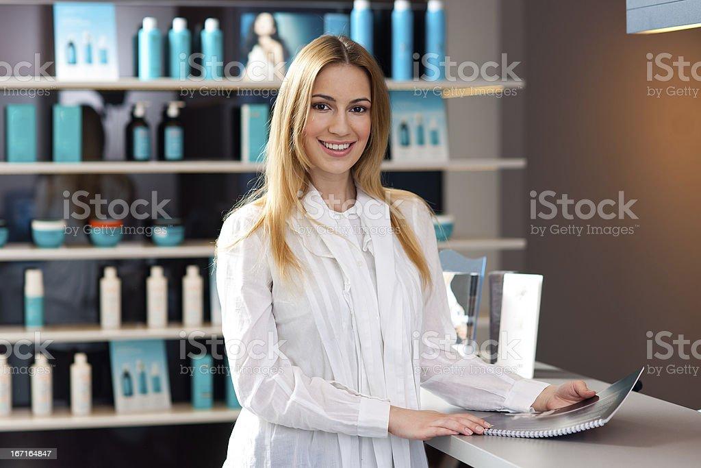 Mulher na recepção - foto de acervo