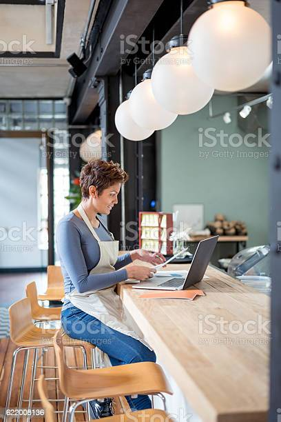 Woman working at a restaurant picture id622008136?b=1&k=6&m=622008136&s=612x612&h=m7dmny1r7trisiwdbn8spfvgiel8axbevazscvjv0uk=