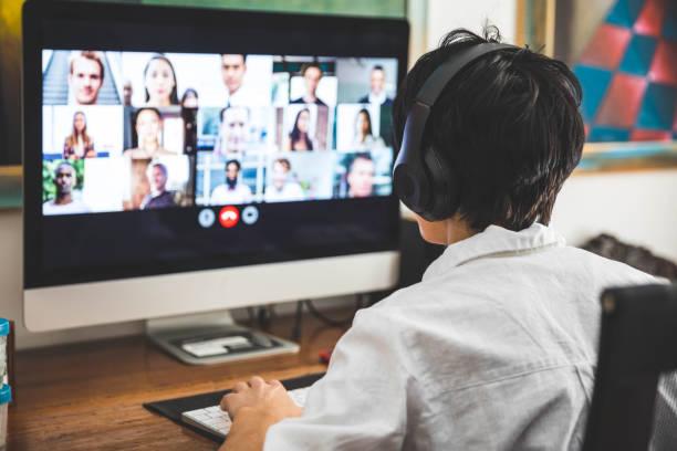 동료와 화상 회의를 갖는 집에서 일하는 여자 - virtual meeting 뉴스 사진 이미지