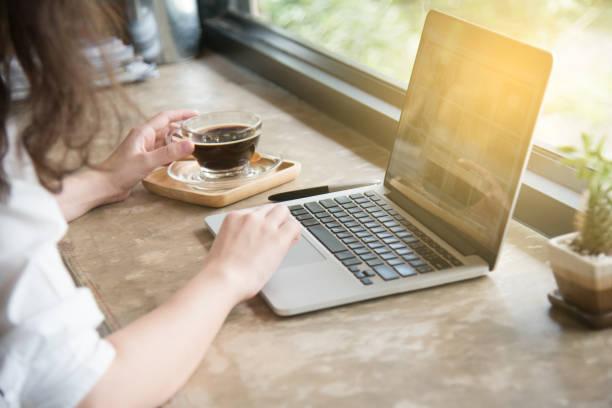 自宅のコーヒー ブレーク後オフィス ホーム オフィス コンピューターのキーボード閉じる up.working 手で働く女 - オフィス外勤務 ストックフォトと画像
