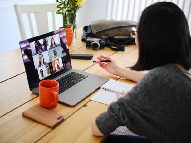 femme travaillant à la maison sur une réunion de chat de web - visioconférence photos et images de collection