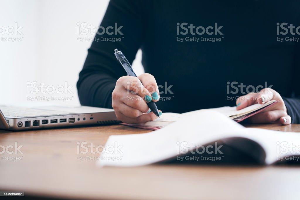 Mujer trabajando en su casa - foto de stock