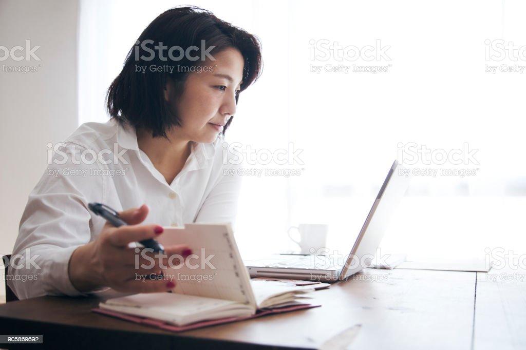 女性自宅で ストックフォト