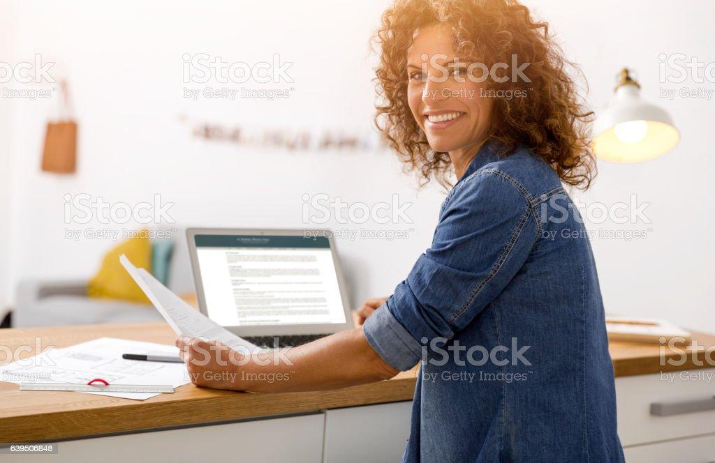 Frau arbeitet im Büro – Foto