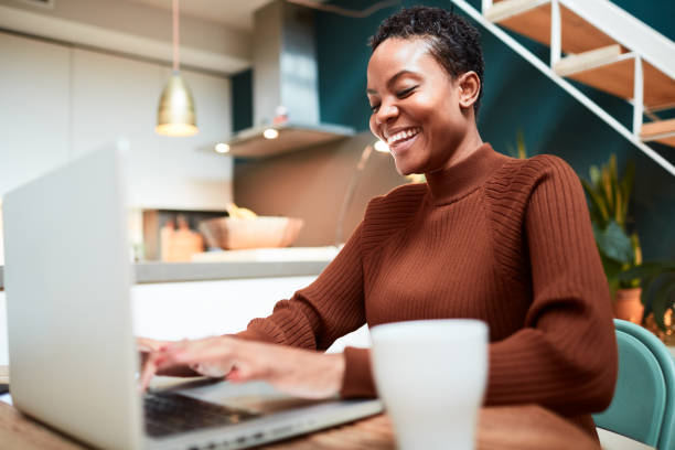 Frau arbeitet von zu Hause aus, Messaging online mit Kollegen. – Foto