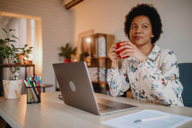 Frau arbeitet von zu Hause aus – Foto