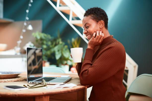 Frau arbeitet von zu Hause aus, Videokonferenz mit Kollegen. – Foto
