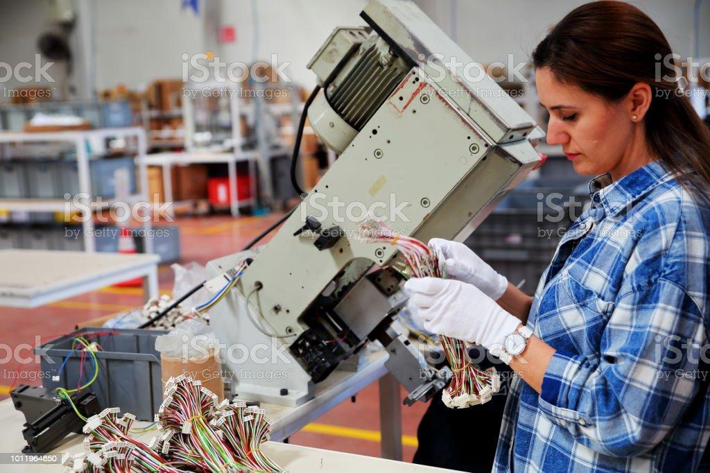 Frau arbeitet in einer Fabrik – Foto