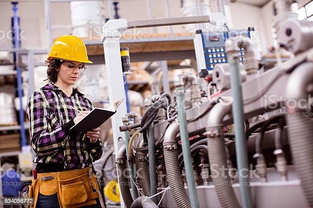 Frau Arbeitet In Einer Fabrik Stockfoto und mehr Bilder von Arbeiten