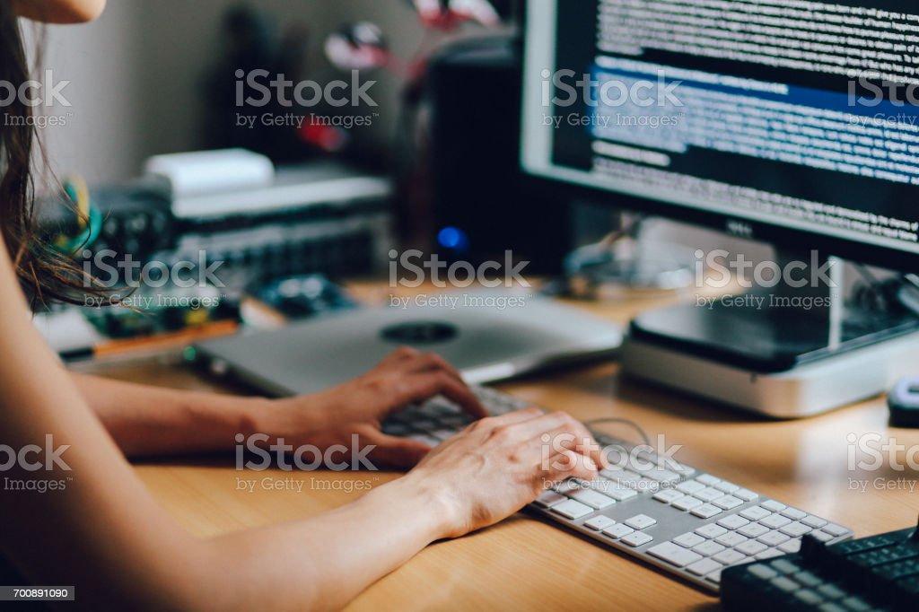 Frau arbeitet in einem Hause Wohnung workstudio Lizenzfreies stock-foto