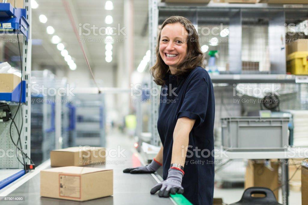 Frau arbeitet im großen Auslieferungslager – Foto