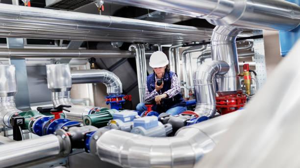 kvinna som arbetar i pannrummet - kvinna ventilationssystem bildbanksfoton och bilder