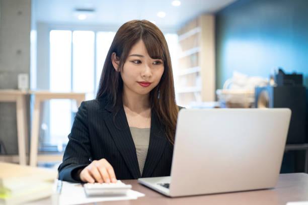 職場で働く女性 ストックフォト