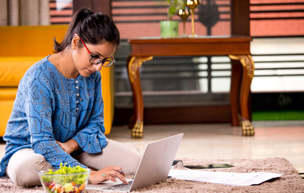 Frau arbeitet auf Laptop zu Hause – Foto