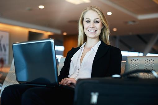 공항에서 노트북 컴퓨터에서 작업 하는 여자 공항에 대한 스톡 사진 및 기타 이미지