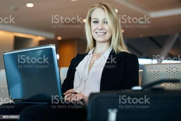 Foto de Mulher A Trabalhar No Computador Portátil No Aeroporto e mais fotos de stock de Adulto