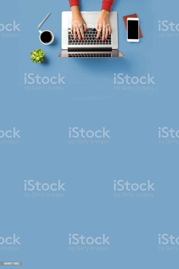 Frau am Laptop arbeiten. Büro-Desktop mit textfreiraum – Foto