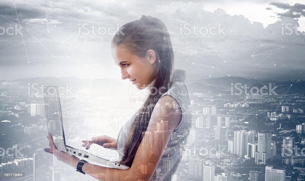 Mujer trabajando en la computadora portátil - foto de stock