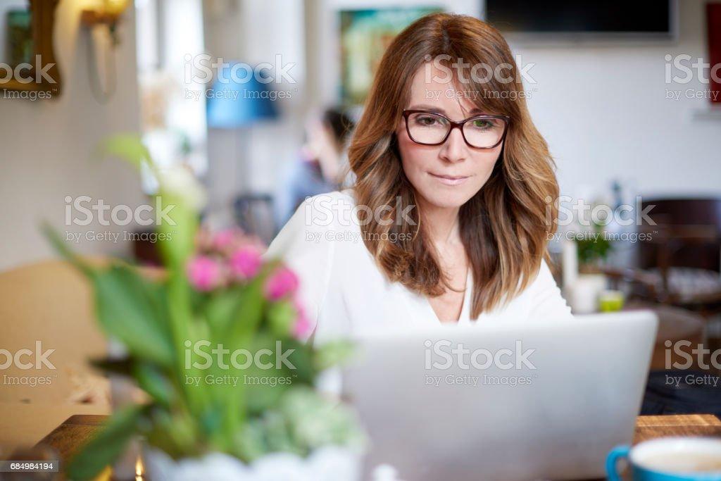 Woman working on laptop - foto de acervo