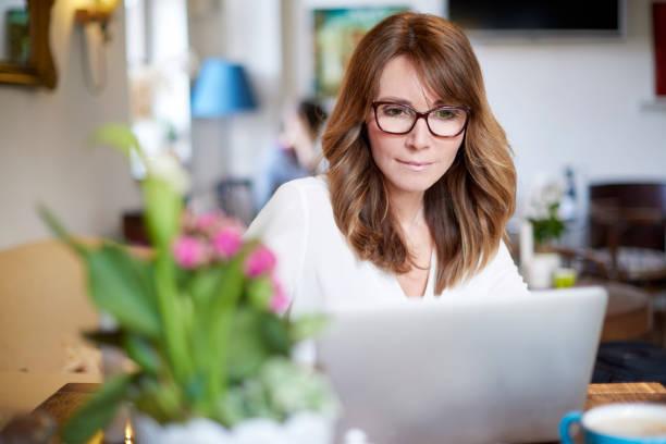 woman working on laptop - trabalhador em casa - fotografias e filmes do acervo