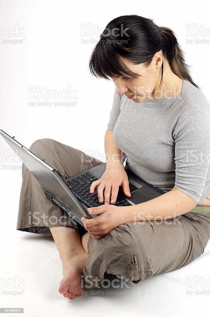 Kobieta pracuje na laptopie zbiór zdjęć royalty-free