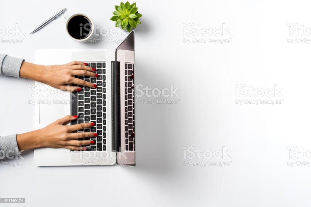 Frau arbeitet auf laptop  – Foto