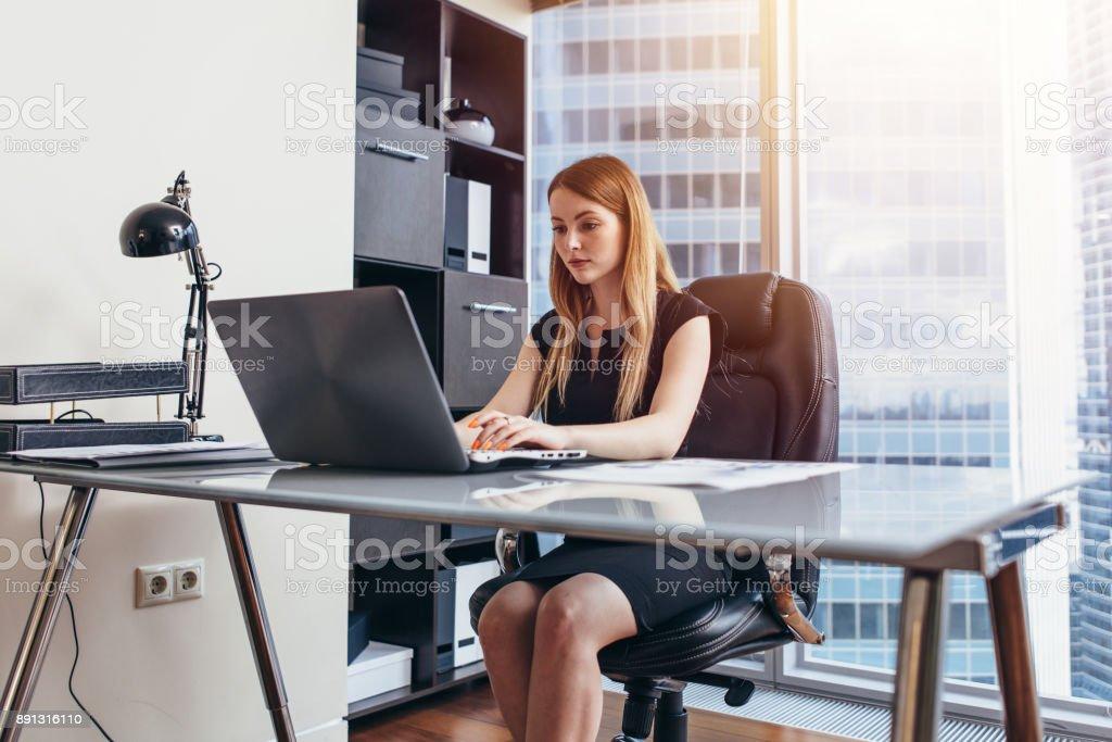 Frau Am Laptop Sitzt An Ihrem Schreibtisch Im Buro Arbeiten Stock