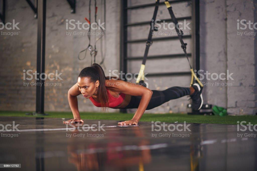 Frau, die an Seilen – Foto