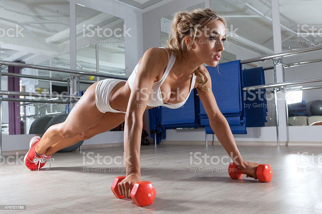 Frau trainieren Sie im Fitness - – Foto