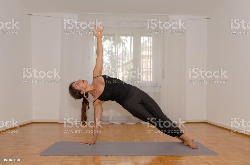 女性のヨガの練習を行うワークアウト ストックフォト