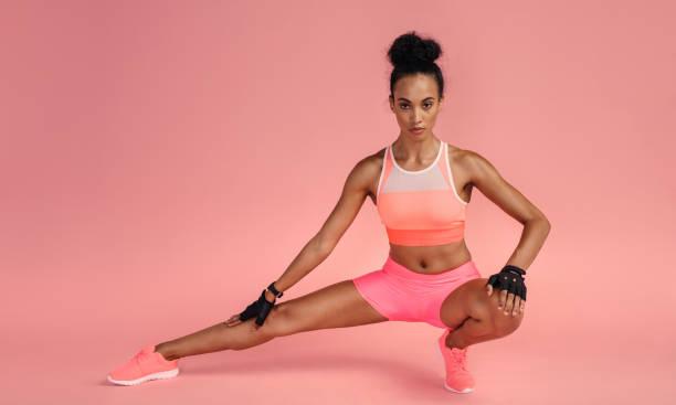 frau, trainieren sie im fitness-studio - rosa training stock-fotos und bilder
