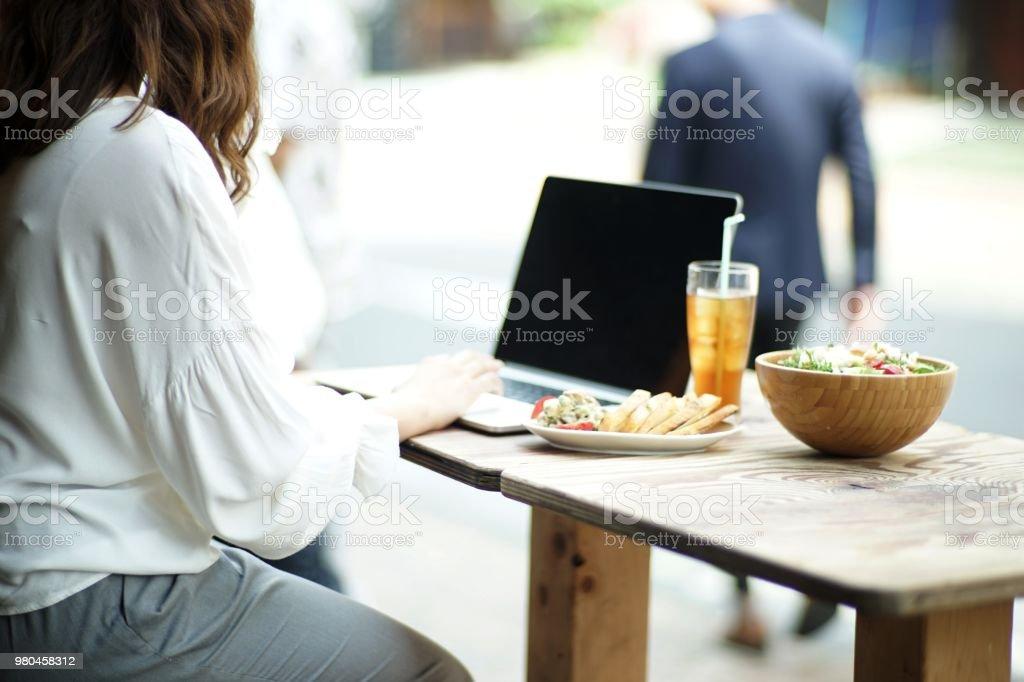 女性バーでノート パソコンでの作業 ストックフォト