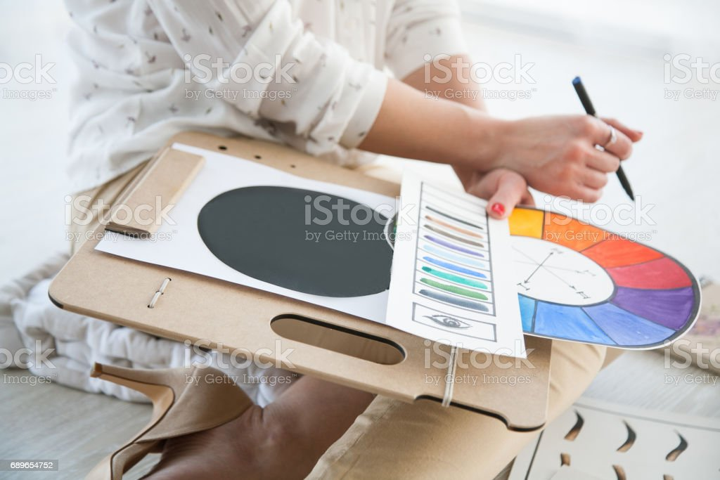 kvinna som arbetar med ritningar bildbanksfoto