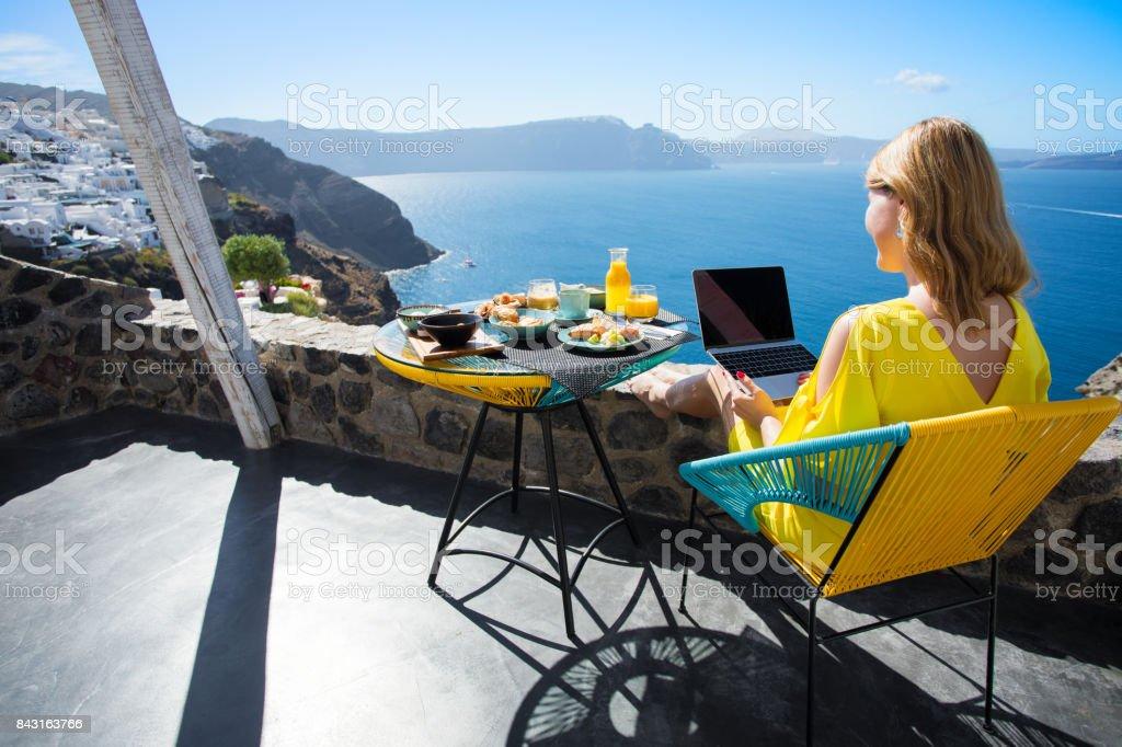 地中海での休暇中にラップトップで働く女性 ストックフォト
