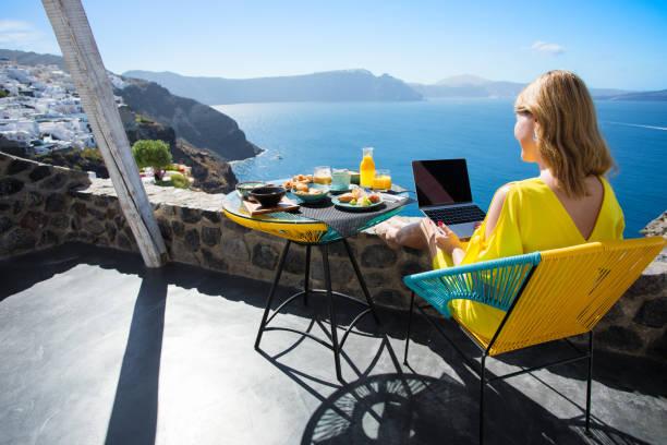 地中海での休暇中にラップトップで働く女性 - フリーランス ストックフォトと画像