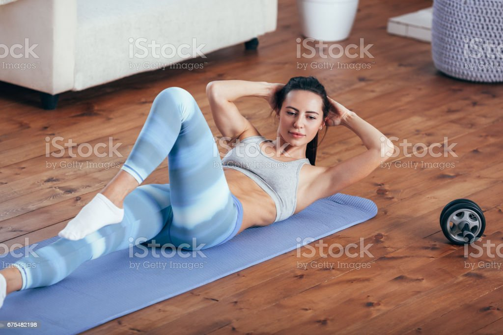 kadın egzersiz evde, onun sit up royalty-free stock photo